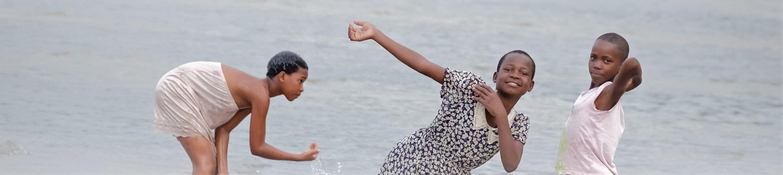 Malawisee mit badenden Kindern (Dr.G.Heeb)
